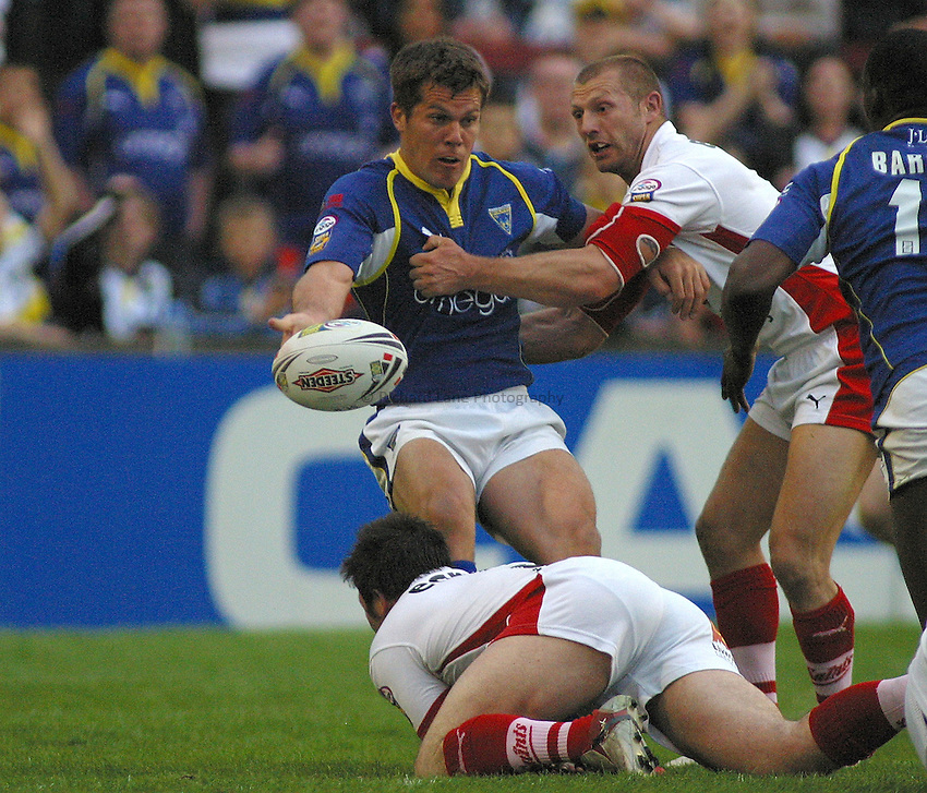 Photo: Paul Thomas..St Helens v Warrington Wolves. Engage Super League. 12/05/2006..Warrington's Brent Grouse looks to pass in a St Helens' tackle.