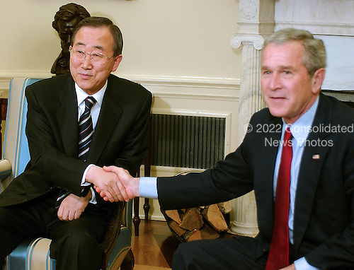 Washington, D.C. - January 16, 2007 -- United States President George W. Bush meets United Nations Secretary General Ban Ki-Moon in the Oval Office of the White House on Tuesday, January 16, 2007..Credit: Ron Sachs - Pool