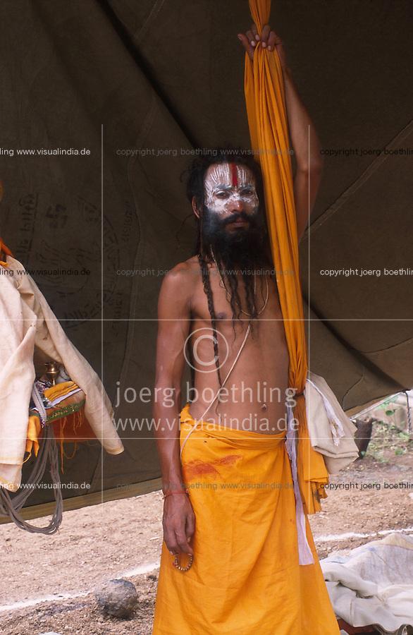 INDIA, Maharashtra, Nasik, Hindu festival Kumbha Mela, holy man Sadhu / INDIEN, Nasik, Hindu Festival Kumbh Mela, Wandermoenche Sadhus