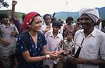 INDIA Madhya Pradesh, writer Arundhati Roy at protest rally of Adivasis and NGO Narmada Bachao Andolan in adivasi village Domkhedi at the reservoir of Sardar Sarovar dam of Narmada river - Indien Madhya Pradesh, Schriftstellerin Arundhati Roy auf einer Protestveranstaltung von Adivasi und der Bewegung zur Rettung der Narmada NBA im Adivasi Dorf Domkhedi, das am Stausee des Sardar Sarovar Damm liegt und von Ueberschwemmung bedroht ist