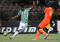 MEDELLIN - COLOMBIA -04-05-2014: Edwin Cardona (Izq.) jugador de Atletico Nacional disputa el balón con Yilmar Angulo (Der.) jugador de Envigado FC durante partido de vuelta entre Atletico Nacional y el Envigado FC por los cuartos de final de la Liga Postobon I 2014, jugado en el estadio Atanasio Girardot de la ciudad de Medellin.  / Edwin Cardona (L), player of Atletico Nacional fights for the ball with Yilmar Angulo R) player of Envigado FC during a match for the second leg between Atletico Nacional and Envigado FC for the quarter of finals the Liga Postobon I 2014 at the Atanasio Girardot stadium in Medellin city. Photo: VizzorImage. / Luis Rios / Str.