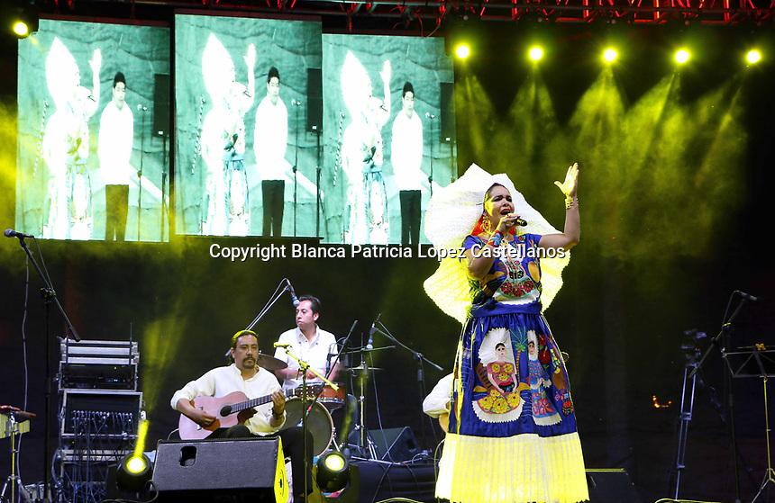 Santa Cruz Xoxocotl&aacute;n, Oaxaca. Entre m&uacute;sica, gastronom&iacute;a local y gran algarab&iacute;a, se llev&oacute; a cabo el 2&deg; &ldquo;Tradicional Martes de Brujas&rdquo; en el municipio de Santa Cruz Xoxocotl&aacute;n, enmarcando este magno evento la talentosa cantante tradicional Martha Toledo, quien vestida de un hermoso vestido del istmo, arribo al evento en donde ofreci&oacute; un gran repertorio de canciones tipicas de esta regi&oacute;n, entre ellas: La Martiniana, Sandunga, El feo, entre otras, cantando algunas en lenguaje zapoteco.<br /> <br /> <br /> Fue as&iacute; que una vez m&aacute;s, cerr&oacute; con gran &eacute;xito el tradicional &ldquo;Martes de Brujas&rdquo; en Santa Cruz Xoxocotl&aacute;n, dejando un excelente sabor de boca a propios y extra&ntilde;os.