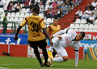 MANIZALES - COLOMBIA, 14-03-2015: Cristian Fernandez (Der) jugador de Once Caldas, disputa el balón con Hanyer Mosquera (Izq) jugador de Aguilas Pereira durante  partido Once Caldas y Aguilas Pereira por la fecha 10 de la Liga de Aguila I 2015 en el estadio Palogrande en la ciudad de Manizales. / Cristian Fernandez (R) of Once Caldas, figths the ball with Hanyer Mosquera (L) player of Aguilas Pereira during a match between Once Caldas and Aguilas Pereira for the date 10 of the Liga de Aguila I 2015 at the Palogrande stadium in Manizales city. Photo: VizzorImage / Santiago Osorio / Str