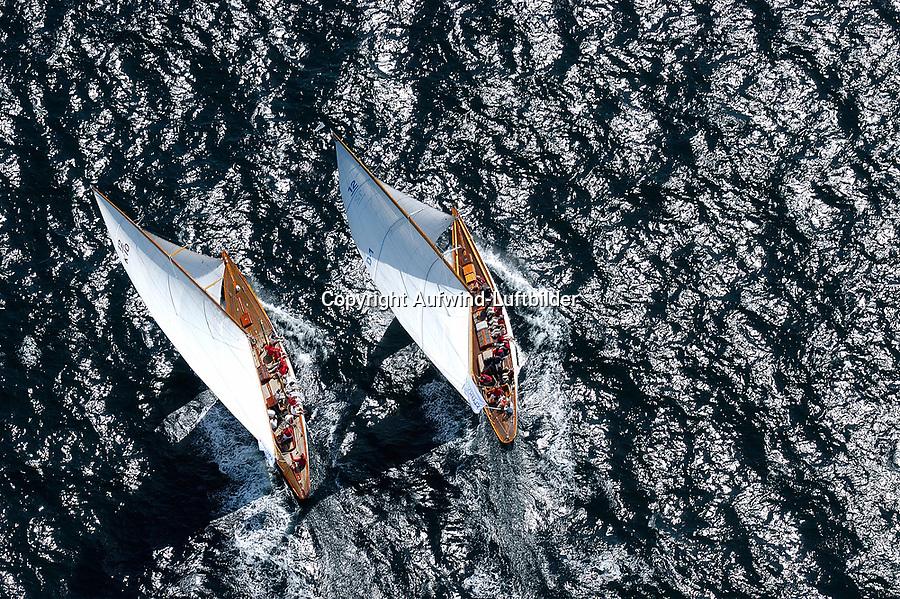 Match Race:EUROPA, DEUTSCHLAND, SCHLESWIG- HOLSTEIN 22.06.2005: Matchrace, 12er Yachten hart am Wind in der Kieler F&ouml;rde. Diese beiden Schiffe zeigen in ihrem Match Race die klassische Rumpfform. Die linke Yacht mit dem Segelkennzeichen K10 hat die rechte Yacht mit dem Segelkennzeichen D1 im Lee &uuml;berholt. Trivia, Thea, <br /> Luftaufnahme, Luftbild,  Luftansicht