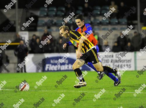 2010-10-16 / Voetbal / seizoen 2010-2011 / Zwarte Leeuw - Overpeltse VV / Toon Vervoort (Zwarte Leeuw) probeert Jan Gielen af te schudden..Foto: Mpics