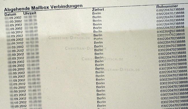 Panne bei der Telefonueberwachung<br /> Bei Abhoeraktionen bundesdeutscher Polizei- und Geheimdienste hat es eine Panne gegeben: Aus Telefonrechnungen fuer den Monat September, welche an abgehoerte Kunden des  Mobilfunk-Anbieters O2 geschickt wurden, war zu erkennen, dass die Gespraeche abgeheort wurden. Die ueberwachten Personen sind fuer die Verbindungen, die zum abhoeren aufgebaut wurden, sogar zur Kasse gebeten worden. Unter der Auflistung &quot;abgehenden Mailbox-Verbindungen&quot; ist eine Nummer zu der immer gleichen Festnetz-Rufnummer angegeben. Dabei handelte es sich um eine Nummer, ueber die die Polizei- und Geheimdienste belauschte Gespraeche aufzeichnen.<br /> Diese Sicherheitspanne ist durch einen Softwarefehler beim Mobilfunkbetreiber zustande gekommen.<br /> Reklamationen der zur Kassegebetenen O2-Kunden werden sich als schwierig erweisen, da nach Auskunft der Kundenberatung die entsprechende Rechnung in der Buchhaltung nicht mehr aufzufinden sei.<br /> Hier: Auflistung der vom Berliner Verfassungsschutz abgehoerten Gespraeche. Unter dem Anschluss mit der Nummer 030220470238888 ist ein Computer zu erreichen, auf dem die Telefonate gespeichert wurden.<br /> 30.10.2002, Berlin<br /> Copyright: Christian-Ditsch.de<br /> [Inhaltsveraendernde Manipulation des Fotos nur nach ausdruecklicher Genehmigung des Fotografen. Vereinbarungen ueber Abtretung von Persoenlichkeitsrechten/Model Release der abgebildeten Person/Personen liegen nicht vor. NO MODEL RELEASE! Nur fuer Redaktionelle Zwecke. Don't publish without copyright Christian-Ditsch.de, Veroeffentlichung nur mit Fotografennennung, sowie gegen Honorar, MwSt. und Beleg. Konto: I N G - D i B a, IBAN DE58500105175400192269, BIC INGDDEFFXXX, Kontakt: post@christian-ditsch.de<br /> Bei der Bearbeitung der Dateiinformationen darf die Urheberkennzeichnung in den EXIF- und  IPTC-Daten nicht entfernt werden, diese sind in digitalen Medien nach &sect;95c UrhG rechtlich geschuetzt. Der Urhebervermerk wird gemaess &s