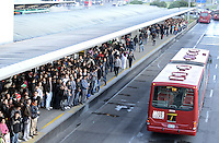BOGOTÁ-07-02-2013. Congestión de pasajeros en el Portal del norte de Transmilenio hoy durante el Día sin Carro en Bogotá./ Passenger congestion at the Portal del Norte of the public system transportation, Transmilenio, today during the Car Free Day in Bogotá.  Photo: VizzorImage/STR