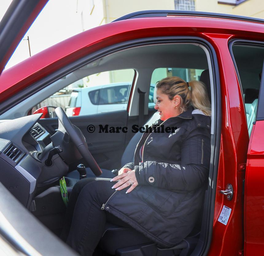 """Gewinnerin Teresa Piervenanzi-Ligorio setzt sich erstmals in ihr neues Auto - Weiterstadt 06.03.2019: FFH verschenkt im Rahmen der Aktion """"Jeden Tag ein Auto"""" ein Fahrzeug"""