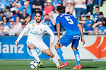 Francisco Roman Alarcon Suarez, Isco, of Real Madrid (L) fights for the ball with Markel Bergara Larranaga of Getafe CF (R) during the La Liga 2017-18 match between Getafe CF and Real Madrid at Coliseum Alfonso Perez on 14 October 2017 in Getafe, Spain. Photo by Diego Gonzalez / Power Sport Images