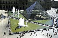 FRANCIA - Parigi - Jeoh Ming Pei, 1989, piramide di vetro, entrata principale del Museo del Louvre FRANCE - Paris - Jeoh Ming Pei, 1989, glass pyramid, the main entrance to the Louvre Museum<br /> <br /> FRANCE - Paris - Jeoh Ming Pei, 1989, la pyramide de verre, l'entr&eacute;e principale du Mus&eacute;e du Louvre