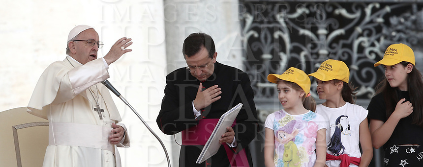 Papa Francesco benedice i fedeli durante l'udienza generale del mercoledi' in Piazza San Pietro, Citta' del Vaticano, 13 giugno, 2018.<br /> Pope Francis blesses faithful during his weekly general audience in St. Peter's Square at the Vatican, on June 13, 2018.<br /> UPDATE IMAGES PRESS/Isabella Bonotto<br /> <br /> STRICTLY ONLY FOR EDITORIAL USE