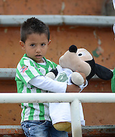ENVIGADO –COLOMBIA, 14-02-2015: Un pequeño hincha de Atlético Nacional observa durante el encuentro de su equipo con Envigado FC por la fecha 4 de la Liga Águila I 2015 realizado en el Polideportivo Sur de la ciudad de Envigado./ A little fan of Atletico Nacional watchs during the match of his team with Envigado FC for the 4th date of the Aguila League I 2015 at Polideportivo Sur in Envigado city.  Photo: VizzorImage/León Monsalve/STR