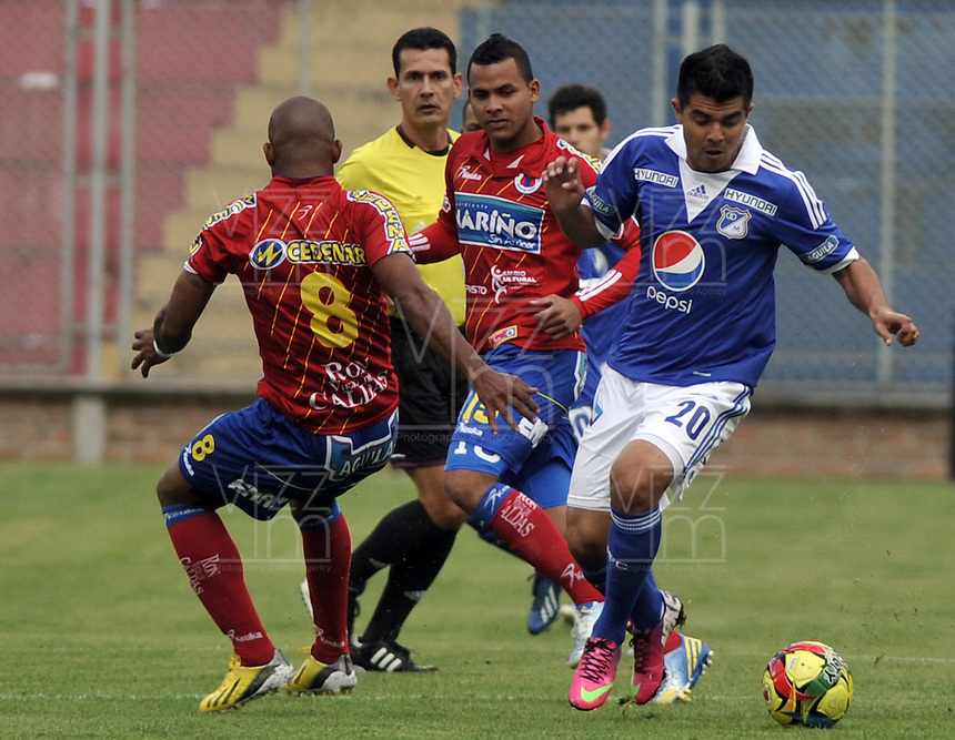 PASTO- COLOMBIA -24-03-2013: Frank Pacheco (Izq.) del Deportivo Pasto disputa el balón con Harrison Otalvaro (Der.) de Millonarios durante  partido por la Liga de Postobon I en el estadio La Libertad en la ciudad de Pasto, marzo 24 de 2013. (Foto: VizzorImage / Luis Ramírez / Staff). Frank Pacheco (L) of Deportivo Pasto figths the ball with Harrison Otalvaro (R) of Millonarios during a match for the Postobon I League at La Libertad stadium in Pasto city, on March 24, 2013, (Photo: VizzorImage / Luis Ramirez / Staff.)