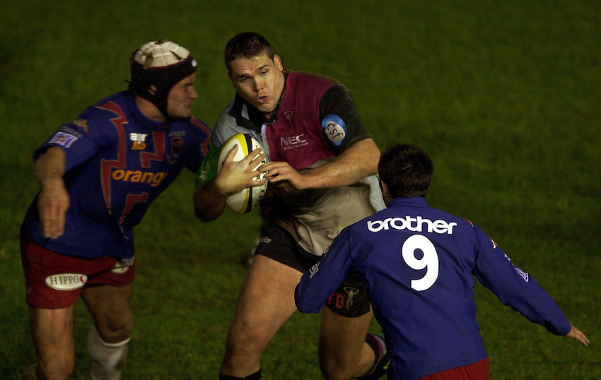 Photo. Richard Lane. .NEC Harlequins v Stade Francais. Parker Pen Challenge Cup 7th December, 2002.Tony Diprose attacks.