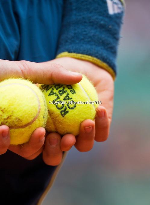 30-05-13, Tennis, France, Paris, Roland Garros, Ballkid holding balls