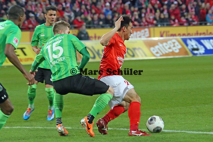 Andre Hoffmann (Hannover) hat Shinji Okazaki (Mainz) im Griff - 1. FSV Mainz 05 vs. Hannover 96, Coface Arena, 21. Spieltag