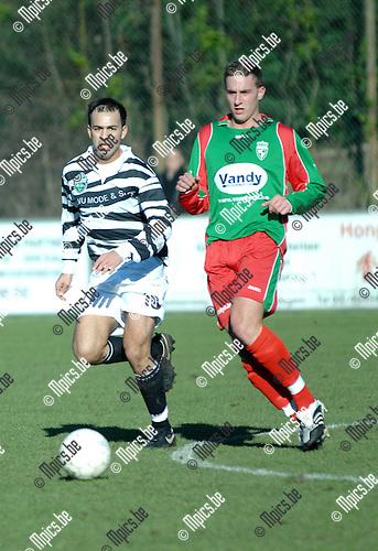 2008-02-17 / Voetbal / K.V.V. Bel Edegem Sport - K.F.C. Houtvenne / Ahmed Sababti van Edegem (links) en Dries Peeters van Houtvenne zij en zij naar de bal..Foto: Maarten Straetemans (SMB)