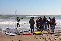 Los surfistas sacan el cuerpo del agua