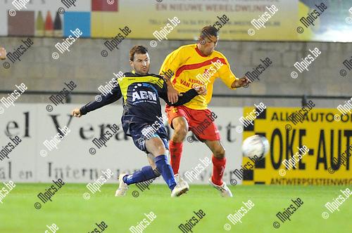 2012-10-12 / Voetbal / seizoen 2012-2013 / Oosterzonen - Spouwen-Mopertingen / Nurullah Kocak (r. Oosterzonen) gaat in duel ..Foto: Mpics.be