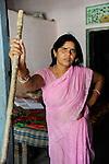 INDIEN Uttar Pradesh, Bundelkhand, Frauen unterer Kasten und kastenlose Frauen organisieren sich in der Frauenbewegung Gulabi Gang von Sampat Pal Devi , sie fordern gleiche Rechte und kaempfen notfalls mit Gewalt mit Bambusstoecken gewalttaetige Maenner, Sampat Pal Devi in Banda / INDIA UP Bundelkhand, women movement Gulabi Gang in pink sari fight for women rights and against violence of men, corruption and police arbitrariness, leader Sampat Pal Devi in Banda