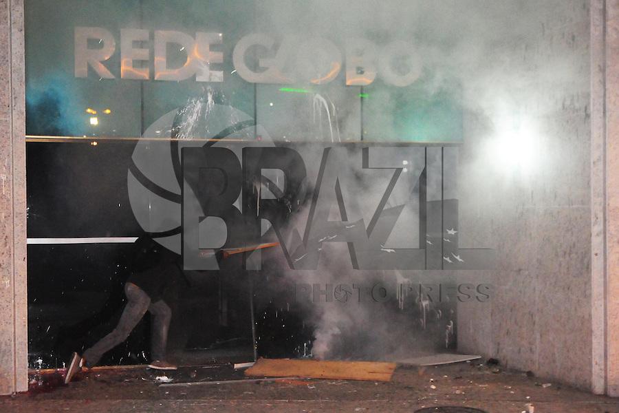 RIO DE JANEIRO,RJ,17.07.2013- MANIFESTANTES ENTRARAM EM CONFRONTO COM POLICIAIS NA ZONA SUL DO RIO. As ruas da Zona Sul do Rio tiveram cenas de guerra nesta noite no bairro do Leblon e Ipanema. Lojas e agencias bancárias tiveram vidraças destruidas e sequeadas durante o quebra quebra que terminou por volta da uma hora da manhã. A entrada da sede da rede globo foi destruida . SANDROVOX/BRAZILPHOTOPRESS