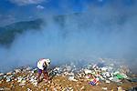 Depósito de lixo queimando em Pirapora. São Paulo. 2000. Foto de Juca Martins.