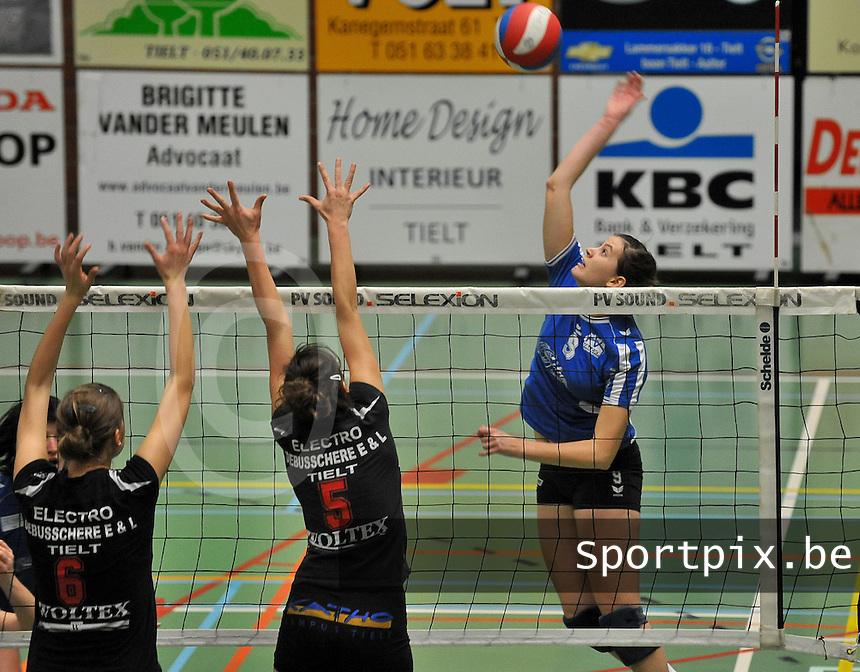Tievolley Tielt - Vlamvo Vlamertinge : Griet Liefhooghe met de aanval voor de afblokkende Eva Crispyn (midden) en Julie Demyttenaere (links).foto VDB / BART VANDENBROUCKE