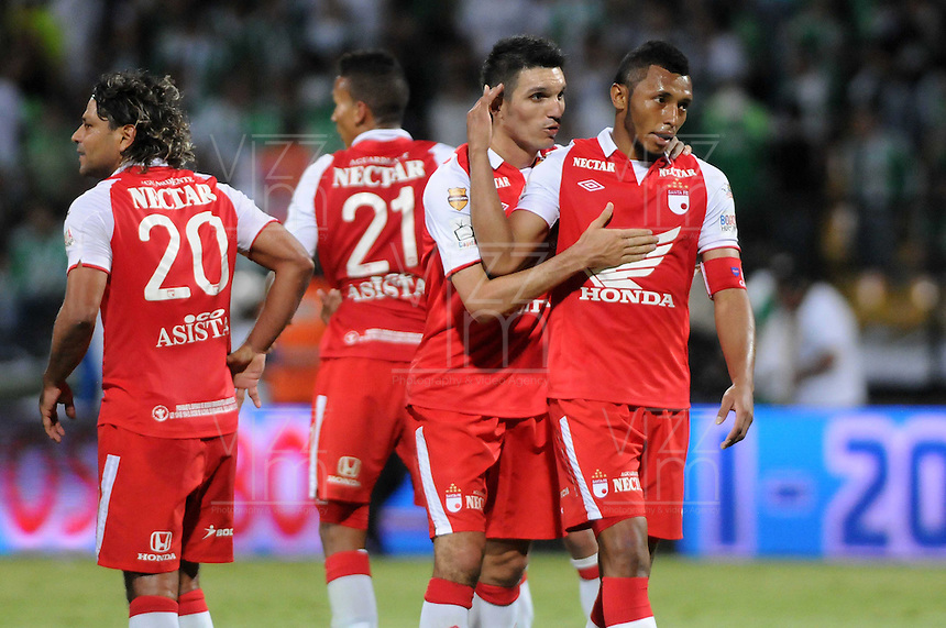 MEDELLIN - COLOMBIA-14-07-2013: Los jugadores del Independiente Santa Fe durante partido en el estadio Atanasio Girardot de la ciudad de Medellin, julio 14 de 2013. Atletico Nacional y Indepndiente Santa Fe durante partido de ida por la final de la Liga Postobon I. (Foto: VizzorImage / Luis Rios / Str).  The players from Independiente Santa Fe, during game in the Atanasio Girardot stadium in Medellin City, July 14, 2013. Atletico Nacional and Independiente Santa Fe, during match for the first round of finals of the Postobon League I. (Photo: VizzorImage / Luis Rios / Str).