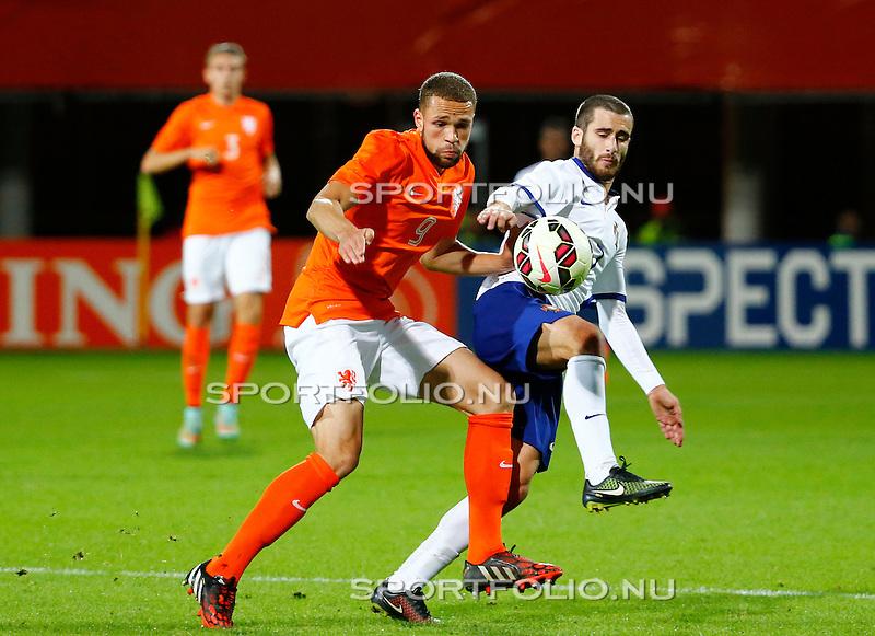 Nederland, Alkmaar, 9 oktober 2014<br /> Play-offs EK-kwalificatie<br /> Jong Oranje-Jong Portugal (0-2)<br /> Luc Castaignos van Jong Oranje en Rafa van Jong Portugal strijden om de bal