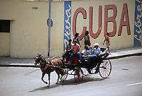 Cuba/La Havane: Environ Musée de la Révolution Mur peint Cuba Libre et voiture à cheval