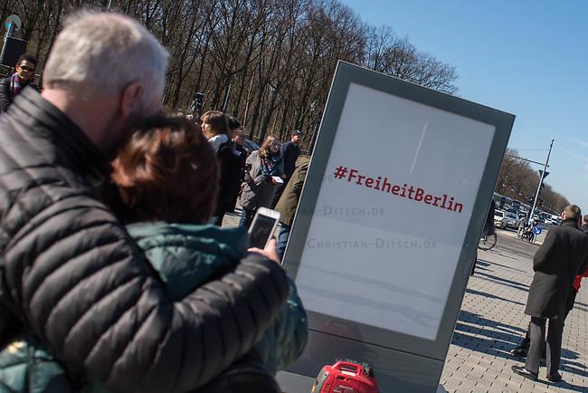Vorstellung der Werbe-Kampagne #FreiheitBerlin.<br /> Mit der Kampagne will die Stadt Berlin mit dem Begriff &quot;Freiheit&quot; mehr Touristen in die Stadt locken und Berlin als freie und weltoffene Stadt darstellen.<br /> Die Firma &quot;Partner fuer Berlin Holding<br /> Gesellschaft fuer Hauptstadt-Marketing mbH&quot; hat sich die Kampagne ausgedacht und am Freitag den 24. Maerz 2017 vor dem Brandenburger Tor vorgestellt.<br /> 24.3.2017, Berlin<br /> Copyright: Christian-Ditsch.de<br /> [Inhaltsveraendernde Manipulation des Fotos nur nach ausdruecklicher Genehmigung des Fotografen. Vereinbarungen ueber Abtretung von Persoenlichkeitsrechten/Model Release der abgebildeten Person/Personen liegen nicht vor. NO MODEL RELEASE! Nur fuer Redaktionelle Zwecke. Don't publish without copyright Christian-Ditsch.de, Veroeffentlichung nur mit Fotografennennung, sowie gegen Honorar, MwSt. und Beleg. Konto: I N G - D i B a, IBAN DE58500105175400192269, BIC INGDDEFFXXX, Kontakt: post@christian-ditsch.de<br /> Bei der Bearbeitung der Dateiinformationen darf die Urheberkennzeichnung in den EXIF- und  IPTC-Daten nicht entfernt werden, diese sind in digitalen Medien nach &sect;95c UrhG rechtlich geschuetzt. Der Urhebervermerk wird gemaess &sect;13 UrhG verlangt.]