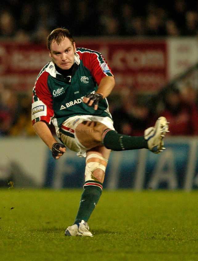 Photo: Richard Lane..London Wasps v Leicester Tigers. Heineken Cup. 05/12/2004..Andy Goode strikes a drop goal.