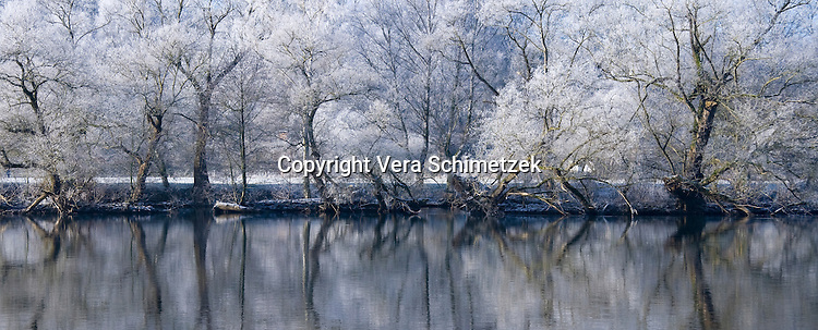 Europe, DEU, Germany, The Ruhr, the river Ruhr between Wetter and Witten in the winter....Europa, DEU, Deutschland, Ruhrgebiet, die Ruhr zwischen Wetter und Witten im Winter......[Copyright / Contact: Vera Schimetzek, Bornstrasse 5, 58300 Wetter, Germany, cell: 0049.(0)151.21220918, schimetzek@web.de, www.schimetzek-foto.de, publication is subject to a fee and report, the General Terms and Conditions apply. Die Veroeffentlichung ist melde- und honorarpflichtig, die AGB sind bindend.]