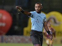 BOGOTÁ -COLOMBIA, 27-05-2015. Gustavo Murillo, arbitro, señala una falta durante el partido de ida entre Deportes Tolima e Independiente Medellín por la semifinal de la Liga Águila I 2015 jugado en el estadio Metropolitano de Techo en Bogotá./ Gustavo Murillo, referee, signs a foul during the semifinal first leg match between Deportes Tolima and Independiente Medellin of the Aguila League I 2015 played at Metropolitano de Techo stadium in Bogota city. Photo: VizzorImage/ Gabriel Aponte / Staff
