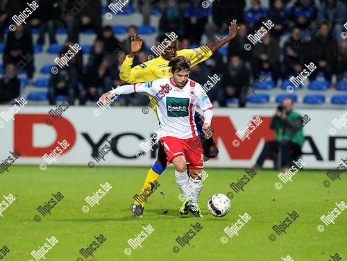 2012-11-09 / Voetbal / seizoen 2012-2013 / Westerlo - R. Antwerp FC / Sebastjan Komel (Antwerp) met William Owusu in de rug..Foto: Mpics.be