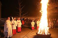 Pfarrer Christof Maluch hat mit dem Osterfeuer die Osterkerze entzündet