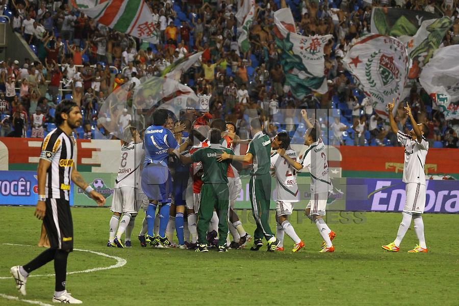 RIO DE JANEIRO, RJ, 23 DE FEVEREIRO 2012 - CAMPEONATO CARIOCA - SEMIFINAL - TAÇA GUANABARA - BOTAFOGO X FLUMINENSE - Jogadores do Fluminense comemoram a classificação, enquanto Loco Abreu lamenta o pênalti perdido, durante partida entre Botafogo x Fluminense, pela semifinal da Taça Guanabara, no estádio Engenhão, na cidade do Rio de Janeiro, nesta quinta-feira, 23. FOTO: BRUNO TURANO – BRAZIL PHOTO PRESS