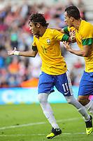 MIDDLESBROUGH, INGLATERRA, 20 JULHO 2012 - AMISTOSO INTERNACIONAL - BRASIL X GRA-BRETANHA - O jogador Neymar (e), da Seleção Brasileira, durante amistoso contra a Grã-Bretanha, no estádio Riverside, em Middlesbrough, na Inglaterra, no último jogo antes do início da Olimpíada. (FOTO: GUILHERME ALMEIDA / BRAZIL PHOTO PRESS).