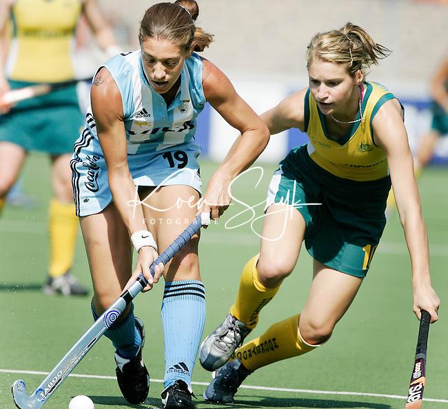 AMSTELVEEN - Duel tussen Marine Russo (l) van Argentinie en de Australische Kate Hollywood, donderdag tijdens de wedstrijd Australie-Argentinie om de Rabo Champions Trophy 2006 in Amstelveen. ANP PHOTO KOEN SUYK