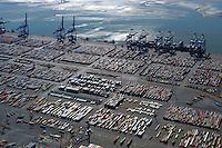 Bremerhaven Containerhafen: EUROPA, DEUTSCHLAND, NIEDERSACHSEN, (EUROPE, GERMANY), 09.09.2004: Container Terminal Bremerhaven, Eurogate, Stromkaje, Kaje,  Grosscontainerschiff, Liegeplatz, Bremenports GmbH, Container, Box, Verladung, Containerverladung, Container Terminal, Weser, Schiff, Seeschiff, Containerschiff, Logistik, Lager, Transport, Wirtschaft, Boom, Sicherheit, Hafen, Hafensicherheit, Terror, Angriff, Drohung, Anti Terror Kampf,  Aufwind-Luftbilder, Luftbild, Luftaufname, .c o p y r i g h t : A U F W I N D - L U F T B I L D E R . de.G e r t r u d - B a e u m e r - S t i e g 1 0 2, .2 1 0 3 5 H a m b u r g , G e r m a n y.P h o n e + 4 9 (0) 1 7 1 - 6 8 6 6 0 6 9 .E m a i l H w e i 1 @ a o l . c o m.w w w . a u f w i n d - l u f t b i l d e r . d e.K o n t o : P o s t b a n k H a m b u r g .B l z : 2 0 0 1 0 0 2 0 .K o n t o : 5 8 3 6 5 7 2 0 9.C o p y r i g h t n u r f u e r j o u r n a l i s t i s c h Z w e c k e, keine P e r s o e n l i c h ke i t s r e c h t e v o r h a n d e n, V e r o e f f e n t l i c h u n g  n u r  m i t  H o n o r a r  n a c h M F M, N a m e n s n e n n u n g  u n d B e l e g e x e m p l a r !.
