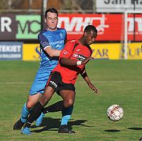 SINT ELOOIS WINKEL SPORT - SC WIJGMAAL :<br /> Gert Stockx (blauw) kan Junior Lambo Zakari (rood) niet afstoppen<br /> <br /> Foto VDB / Bart Vandenbroucke