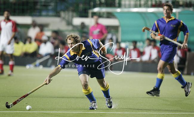 CHENNAI- Vanaf zaterdag wordt in het Radha Krishnan Hockey Stadium in Chennai (India) de Champions Trophy voor mannen gehouden. Donderdagavond werd in het stadion een benefietwedstrijd gehouden voor de slachtoffers van de aardbeving in Pakistan en India. De wedstijd ging tussen een combinatie India/Pakistan tegen de rest van de wereld.Teun de Nooijer aan de bal voor het wereldteam, dat de wedstrijd met 5-3 won. KOEN SUYK ANP PHOTO
