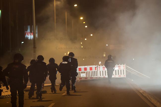 Nach den pogromartigen Ausschreitungen gegen eine Fluechtlinsunterkunft im saechschen Heidenau am Freitag den 21. August 2015 durch Anwohnerinnen der Ortschaft, kamen am Samstag de 22. August 2015 ca. 250 Menschen in die Ortschaft um ihre Solidaritaet mit den Gefluechteten zu zeigen.<br /> Am Vorabend hatten Rassisten, Nazis und Hooligans sich zum Teil Strassenschlachten mit der Polizei geliefert um zu verhindern, dass Fluechtlinge in einen umgebauten Baumarkt einziehen. Ueber 30 Polizisten wurden dabei verletzt.<br /> Bis in die Abendstunden des 22. August blieb es trotz spuerbarer Anspannung um die Unterkunft ruhig. Im Laufe des Tages wurden immer wieder Gefluechtete mit Reisebussen gebracht was von den wartenenden Heidenauern mit Buh-Rufen begleitet wurde. Vereinzelt wurde auch &quot;Sieg Heil&quot; gerufen, was die Polizei jedoch nicht verfolgte.<br /> Kurz vor 23 Uhr griffen Nazis und Hooligans wie am Vorabend die Polizei mit Steinen, Flaschen, Feuerwerkskoerpern und Baustellenmaterial an. Die Polizei mussten mehrfach den Rueckzug antreten, scheuchte den Mob dann von der Fluechtlingsunterkunft weg. Dabei wurden auch wieder Traenengasgranaten verschossen. Mindestens ein Nazi wurde festgenommen.<br /> Im Bild: Die Polizei hat die Angreifer einige hundert Meter verscheucht und wartet ab.<br /> 22.8.2015, Heidenau/Sachsen<br /> Copyright: Christian-Ditsch.de<br /> [Inhaltsveraendernde Manipulation des Fotos nur nach ausdruecklicher Genehmigung des Fotografen. Vereinbarungen ueber Abtretung von Persoenlichkeitsrechten/Model Release der abgebildeten Person/Personen liegen nicht vor. NO MODEL RELEASE! Nur fuer Redaktionelle Zwecke. Don't publish without copyright Christian-Ditsch.de, Veroeffentlichung nur mit Fotografennennung, sowie gegen Honorar, MwSt. und Beleg. Konto: I N G - D i B a, IBAN DE58500105175400192269, BIC INGDDEFFXXX, Kontakt: post@christian-ditsch.de<br /> Bei der Bearbeitung der Dateiinformationen darf die Urheberkennzeichnung in den EXIF- und  IPTC-
