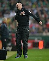 FUSSBALL   1. BUNDESLIGA   SAISON 2012/2013    33. SPIELTAG SV Werder Bremen - Eintracht Frankfurt                   11.05.2013 Trainer Thomas Schaaf (SV Werder Bremen) aergert sich an der Seitenlinie