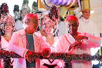 SAO PAULO, SP, 19 DE FEVEREIRO 2012 - CARNAVAL SP - AGUIA DE OURO - Caetano Veloso e  Gilberto Gil antes do desfile  da escola de samba Aguia de Ouro momentos antes do desfile na segunda noite do Carnaval 2012 de São Paulo, no Sambódromo do Anhembi, na zona norte da cidade, neste domingo.(FOTO: ALE VIANNA - BRAZIL PHOTO PRESS).