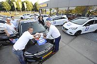 IJSHOCKEY: HEERENVEEN: Uitreiking sponsorauto's bij Opel dealer Siton in Heerenveen aan een selectie van ijshockeyspelers en de coach van de UNIS Flyers, v.l.n.r. Ronald Wurm, Pipo Limnell, Marco Postma, Yan Turcotte, Kevin Nijland, coach Mike Nason, ondertekening contract door Pieter Balstra (PR UNIS Flyers) en dhr. Jan Henk Veenhouwer directeur en eigenaar van Siton Heerenveen, ©foto Martin de Jong