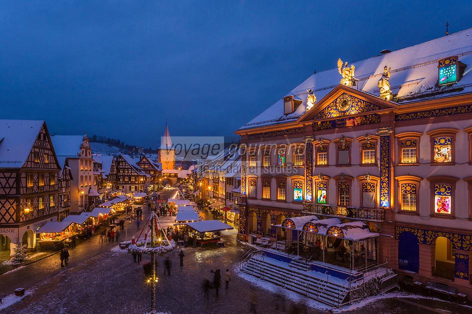Europe/Allemagne/Bade-Würrtemberg/Forêt Noire/ Gengenbach: Marché de Noël sur la place du village et Calendrier de l'avent sur la façade de l' Hôtel de Ville