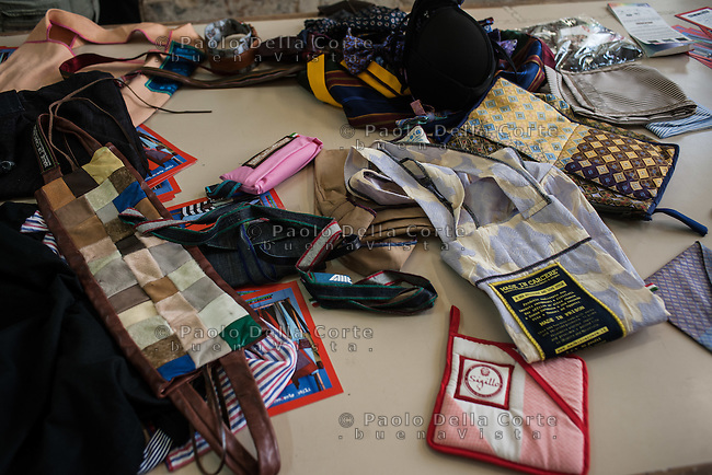 """Trani - Carcere femminile. La sartoria dove le detenute lavorano al marchio """"Made in Carcere"""". Borse ed accessori in produzione."""