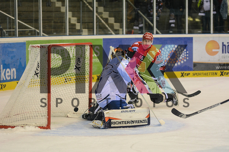 Matt Climie (Straubing Tigers), David Schuller (HC Innsbruck) im Spiel der DEL, Straubing Tigers - HC Innsbruck.<br /> <br /> Foto &copy; PIX-Sportfotos *** Foto ist honorarpflichtig! *** Auf Anfrage in hoeherer Qualitaet/Aufloesung. Belegexemplar erbeten. Veroeffentlichung ausschliesslich fuer journalistisch-publizistische Zwecke. For editorial use only.