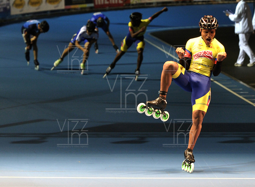 OOSTENDE – BELGICA – 24-08-2013: Alex Cujavante, patinador de Colombia gana la prueba de los 15000 metros eliminacion juvenil varones en el patinodromo Mundialista Track en Oostende,  Belgica, agosto 24 de 2013. (Foto: VizzorImage / Luis Ramirez / Staff).  Alex Cujavante, Colombia skater wins the testing of the 15000 meters eliminations young men  in the Mundialist Track in Oostende, Belgium, August 24, 2013. (Photo: VizzorImage / Luis Ramirez / Staff).
